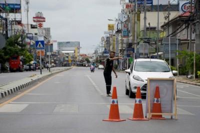 事发后,警员在华欣爆炸现场附近指挥交通。