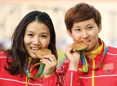 宫金杰(左)和钟天使(右)夺得2016年里约奥运会场地脚车女子团体竞速赛冠军,这也是中国脚车队在奥运会历史上的首枚金牌。