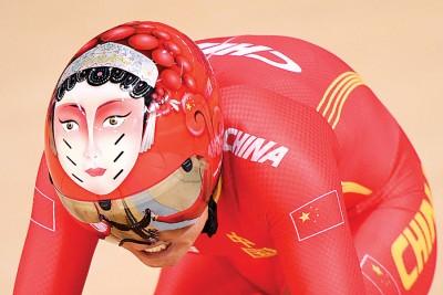 赛场上,钟天使戴着印有花木兰脸谱头盔,十分吸睛。