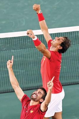 纳达尔与搭档马克洛佩斯在男双决赛赢得胜利后在场上兴奋庆祝。
