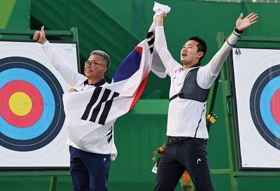 在决赛结束后,具本粲(右)和韩国男队教练一起胜利。
