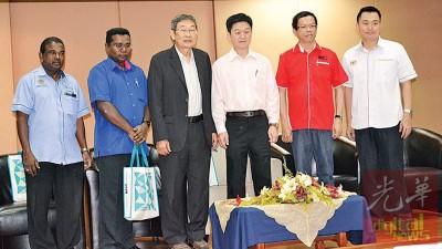李志亮(右3)为讲座会主持开幕后合影,林子豪(右起)、颜和财、王志达、哥巴和哥沙万。