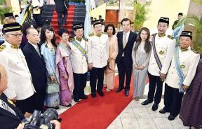 槟州首长林冠英伉俪恭贺荣膺DSPN拿督勋衔的王月明(左4),左一为槟州行政议员彭文宝。
