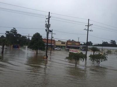 美国路易斯安那洪水肆虐,首府巴吞鲁日附近的利文斯顿教区数千名居民疏散。