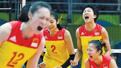 中国女排如愿晋级8强赛,球员门在场上兴奋庆祝。