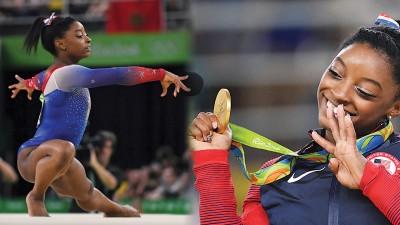 """美国新一代体操巨星拜尔斯在自由操展现非凡的魅力。随着拿下自由操后,拜尔斯(小图)得意的打出""""4""""的手势,象征自己是4金得主。"""