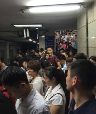 鉴于在上班繁忙时间,巨大乘客滞留月台上。