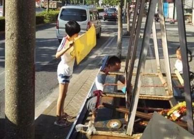 14岁少女杨萌在烈日下以毛巾为父遮阳,获网民激赞。