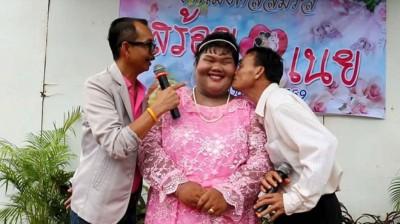 """诗丽玛与相恋仅5个月的男友成婚,被当地传媒形容为""""破除诅咒""""。"""