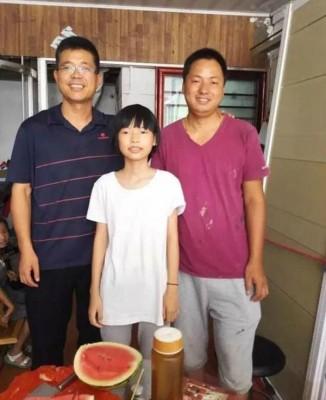 杨父(右一)表示,女儿杨萌(中)十分懂事,平日就已经会帮忙做家务。