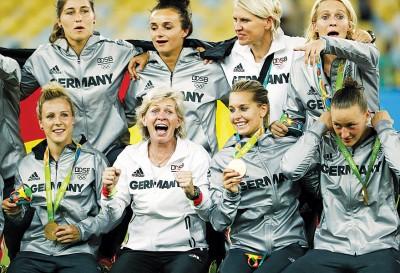 """德国女足主帅内德(下排左2)的""""最后一战""""完美收场。"""