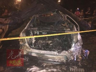 房车遭大树压毁复起火燃烧,毁损不堪。