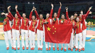 中国时隔12年再次获得奥运女排冠军,全体队员在领奖台上向支持者挥手致意,也骄傲的展示中国国旗。