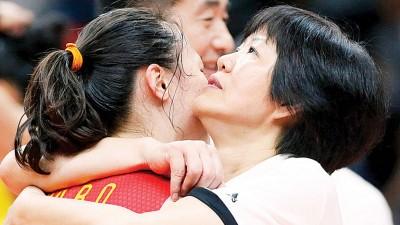 中国女排能够夺得冠军,主教练郎平居功至伟。赛后,郎平(右)与队员相拥庆祝。