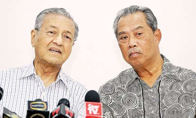 马哈迪(左)和慕尤丁联袂主办土著团结党之正标准新闻发布会。