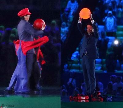 """安倍晋三""""化身""""超级马里奥,以象征日本国旗红点的红球欢迎大家期待东京奥运。"""