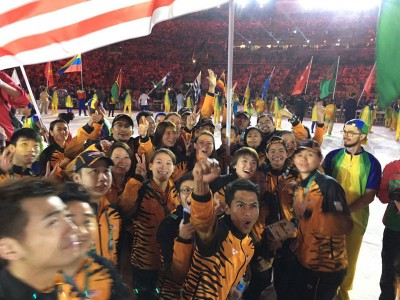 李宗伟和羽球队友,跳水、高尔夫球队员及教练们在闭幕式合照。