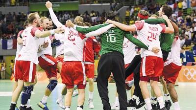 丹麦手球队在决赛击败夺标大热法国后球员们在场上以独特的法式围成一圈跳舞庆祝。