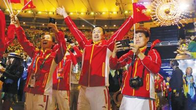 中国队员们在场内尽情享受闭幕式的气氛。
