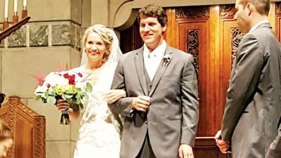 一对新人在龙卷风吹袭警告下在教堂行婚礼。