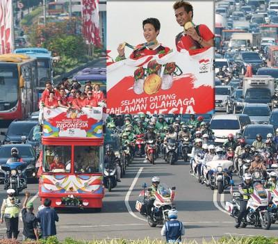 在里约奥运会拿下印尼唯一金牌的多威阿末/丽丽雅娜(小图),周二与依拉旺和瓦尤妮等人乘坐双层巴士在雅加达游行庆祝。