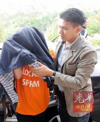 盖涉及贪污而延扣助翻开的马六甲一家政府机关拿督级高官,今日批准以30万令吉保释金及1称担保人保释。