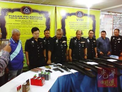 公安部昨日突击通缉犯拿督李志坚在美里丹绒罗邦之洋房,从获7将枪械及子弹,连1将来福枪和短枪。