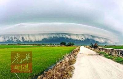 """霹雳冷甲周四早上出现难得一见的""""海啸云"""",令人叹为观止。"""