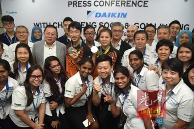 陈炳顺(中排左3起)及吴柳萤与DAIKIN领导层及员工合影。中排左起为宋侑洺、方远及黄贞潠。
