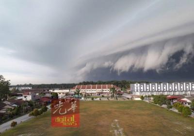 """罕见的""""海啸云""""景色。(图片取自网民NaveyYiw)"""