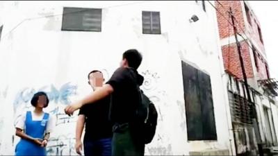 自人男子直接为便衣男子脸上掌掴。