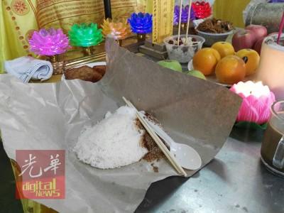 陈群欣生前爱吃的椰丝米糕供在灵前。