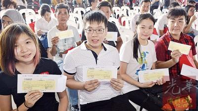 学子们都欣喜获得州政府发出1000令吉入学援助金。