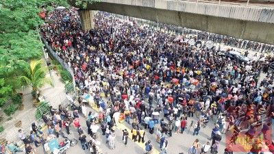 """数千人参与""""逮捕一号官员集会"""",把敦霹雳路塞得水泄不通。"""