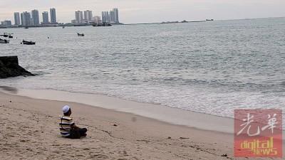 失踪者罗斯米儿子在海边祈祷,希望父亲能平安回家。