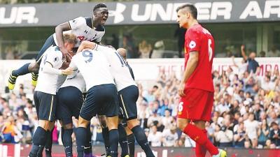 罗斯在为热刺攻入扳平一球后,兴奋地与队友庆祝。