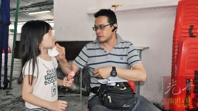 5岁女儿浑然不知妈妈已经去世,开心吃了冰淇淋后要爸爸抹嘴。
