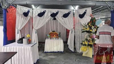死者遗灵停柩至下周三方举殡。