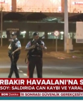 大批荷枪实弹的警员封锁通往机场的道路。
