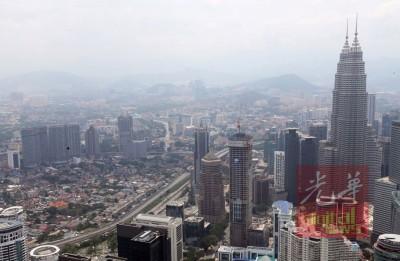 吉隆坡空气污染处以非正常程度,清晰可见天空灰濛濛。