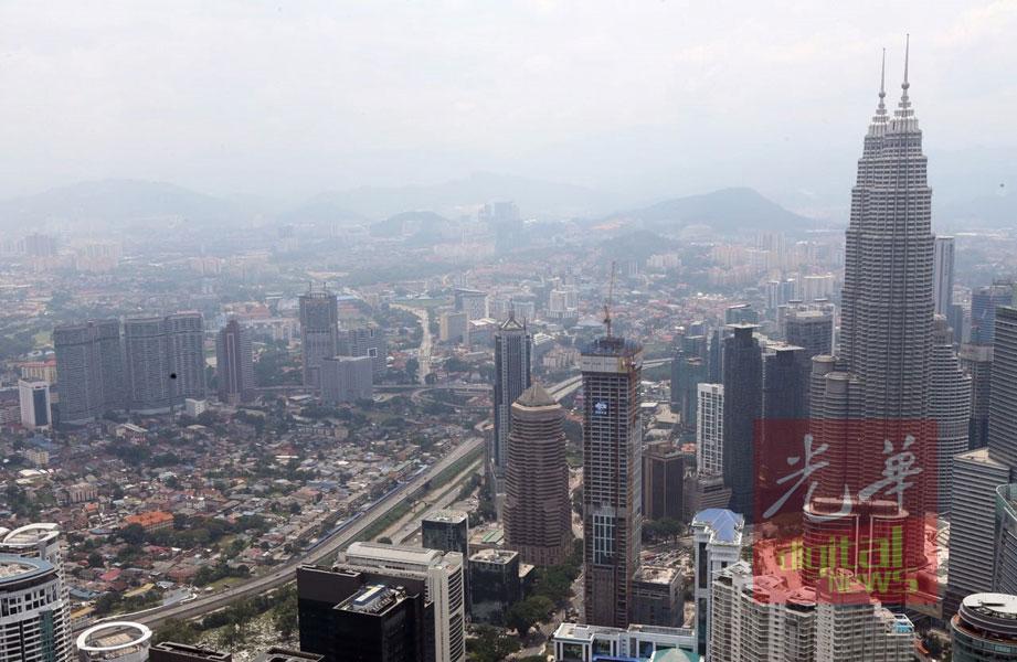 吉隆坡空气污染处在不健康水平,清晰可见天空灰濛濛。