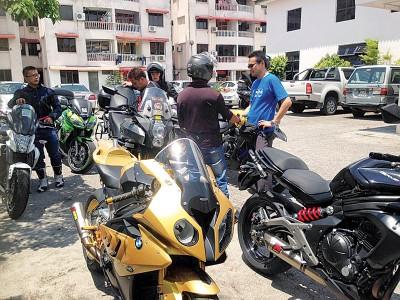 超级摩托车队友们到丧府慰问。