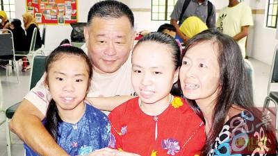 贝氏家庭从砂拉越到槟城定居,只为给姐妹有更好的教育环境。
