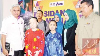 哈默占旦(左1)与贝氏姐妹、伊拉克籍学生妮安(右2)、西蒂(右3)及阿敏(左2)合照。