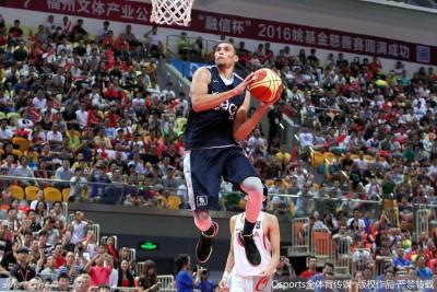 NBA当红扣将扎克拉文表演一记精彩的腾空上篮。