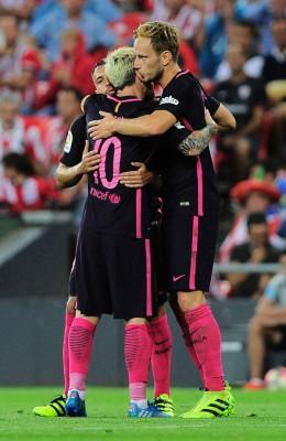 拉基蒂奇(右)为巴塞隆纳打破僵局后获得梅西(10号)拥抱祝贺。