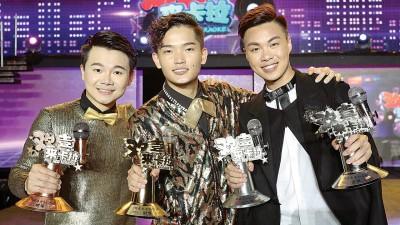 《Astro欢喜来卡拉2016》季军李昇忠(左起)、冠军张引山、亚军兼人气奖得主陈泳錥摘誉回家!