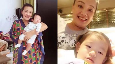 (左)张兰获得3只多月大的孙子汪想箖,面慈爱。(右)小玥儿靠在奶奶怀里,并打手机自拍。