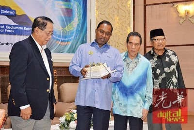马来西亚前议员理事会副主席野新巴巴(左1)赠送纪念品予赞比里(右3),在场者包括霹州前议员理事会主席巴鲁丁查化(右2)。