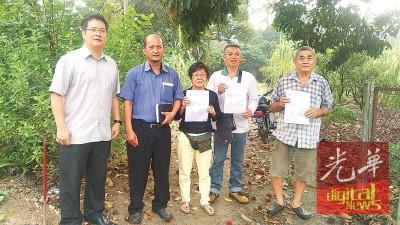 甘蔗芭6住户终守得云开,获土地局发出5A表格,接下来将按部就班发出地契!苏家斌(左起)、官员峇哈鲁丁、郑志丽、卢永才、陈伙胜开心地合照。